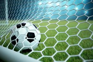 Balón de fútbol en red con foco y fondo claro del estadio foto