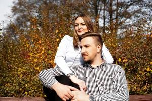 Pareja romántica en el parque de otoño - concepto de amor, relación y citas foto