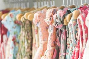 Patrón floral vestidos de niña en la tienda foto