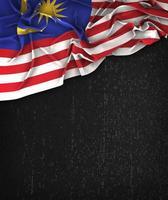 Bandera de Malasia vintage en una pizarra negra grunge con espacio para texto foto