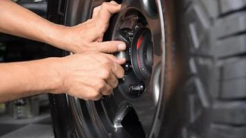 Manually insert the wheel nuts of the car. video