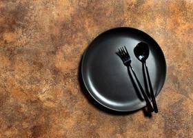 Plato vacío con plato de comedor de cuchara y tenedor de plata, espacio de copia foto