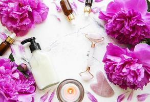 concepto de tratamiento de belleza spa con flores de peonía foto