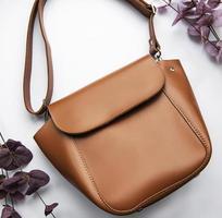 bolso de cuero marrón foto