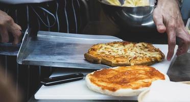 chef preparando pizza, el proceso de hacer pizza foto