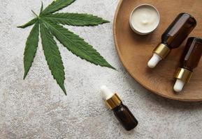 aceite de cbd, tintura de cáñamo, producto cosmético de cannabis para el cuidado de la piel. foto