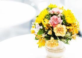 hermoso ramo de flores coloridas, arreglo floral foto