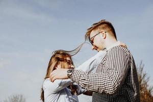 Linda pareja divirtiéndose en el parque de otoño - enfoque selectivo foto