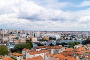 zadar en croacia desde la perspectiva de sv. catedral de stosije foto