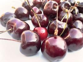 fruto de la temporada de verano, cerezas. foto