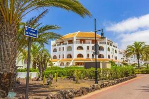 Tenerife, España 2014- palmeras, cocoteros y resorts en la isla canaria española foto