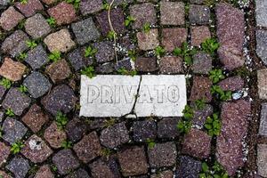 Placa privada sobre placa de mármol en el suelo en San Martino di Castrozza, Trento, Italia foto