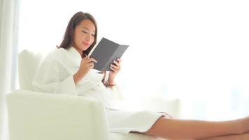 jeune femme asiatique, lecture livre video