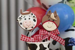 piruletas de chocolate decoradas para el cumpleaños de los niños en el tema de la granja foto