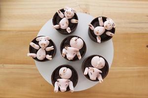 caramelos de cerdos rosados lindos felices jugando en el barro foto