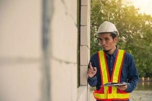 Inspección de ingeniero de arquitectura en el sitio de construcción de bienes raíces. foto