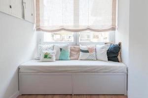 hermoso espacio acogedor en estilo nórdico. sofá con cojines. foto