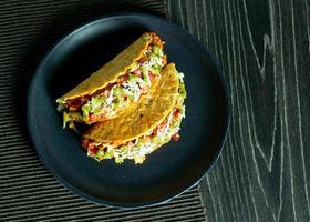 Taco de comida mexicana tacos de carne molida conchas con ensalada foto