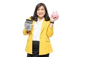 Señora asiática de negocios con calculadora y hucha foto