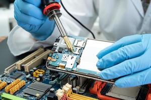 técnico reparando el interior del disco duro foto