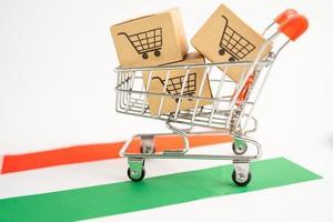 Caja con logotipo de carrito de compras y bandera de Hungría, importación y exportación. foto