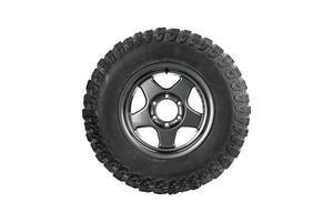 Vista lateral de un neumático todo terreno con llantas de aleación sobre fondo blanco. foto
