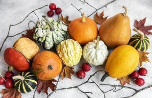 composición de otoño, acogedora temporada de otoño, calabazas y hojas foto