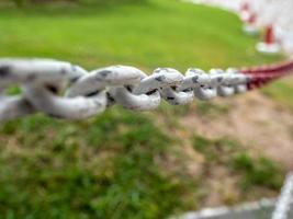 la cerca es una gran cadena blanca y roja foto