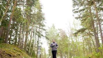 foto de ângulo baixo de mulher asiática correndo na floresta video