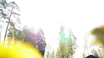 foto de ângulo baixo de uma mulher asiática correndo na floresta pela manhã video
