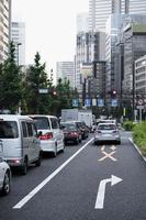 gente conduciendo coches calle de la ciudad foto