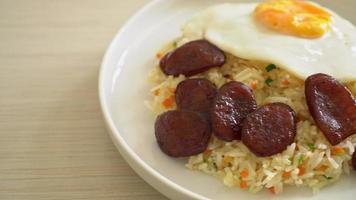 arroz frito con huevo frito y salchicha china video