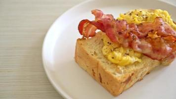 pan tostado con huevos revueltos y tocino video