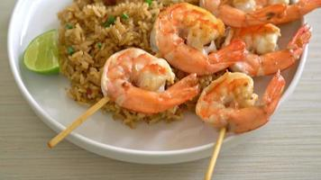 shrimps skewer with fried rice video