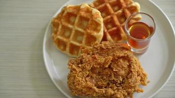 gofre casero de pollo frito con miel o sirope de arce video