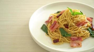 Stir-Fried Spaghetti With Dried Chili And Bacon video