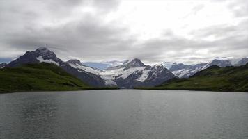 Timelapse schreckhorn y wetterhorn de bachalpsee en Suiza video
