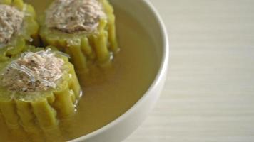 calabaza amarga rellena con carne de cerdo picada sazonada y sopa de fideos video