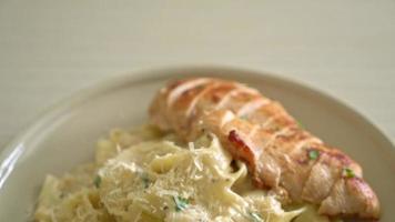 Pasta fettuccine casera con pollo a la parrilla video