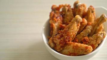 Alitas de pollo asado frito en un tazón blanco video