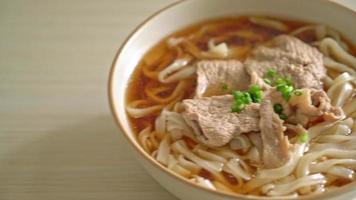 fideos udon ramen caseros con carne de cerdo en sopa de soja o shoyu video