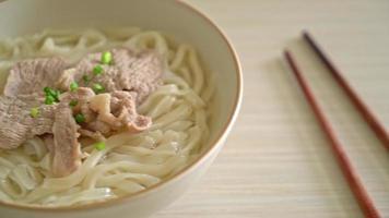 macarrão udon ramen caseiro com carne de porco em sopa clara video