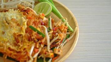 pad thai - rör stekta nudlar i thailändsk stil med ägg video