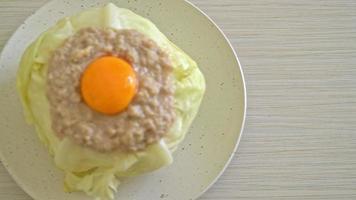 yema de huevo y cerdo picada rellena casera de repollo al vapor video