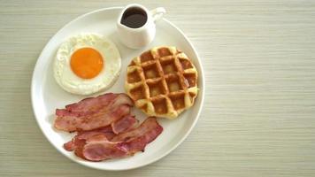 uova strapazzate con bacon e waffle a colazione video