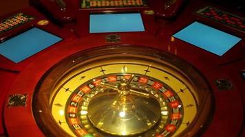 une photo d'une roulette de casino et d'une balle qui tourne video