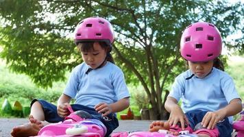 duas irmãs usando almofadas de proteção e segurança. video
