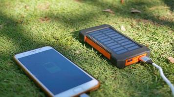 Power Pack recarregável com painéis solares no gramado. video