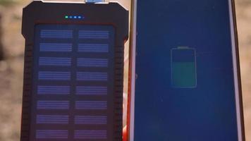 um carregador portátil recarregável com painéis solares em mulheres jovens. video