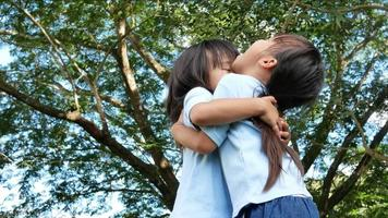deux petites filles fraternelles riant et s'embrassant chacune video